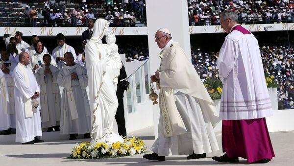 El papa Francisco en la Santa Misa en Abu Dabi - Sputnik Mundo