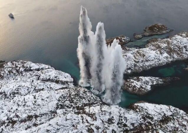 La Armada Real de Noruega hace explotar los torpedos restantes de la fragata KNM Helge Ingstad