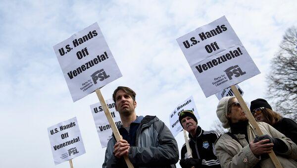 Activistas marchan contra una posible intervención en Venezuela en las afueras de la Casa Blanca en Washington - Sputnik Mundo