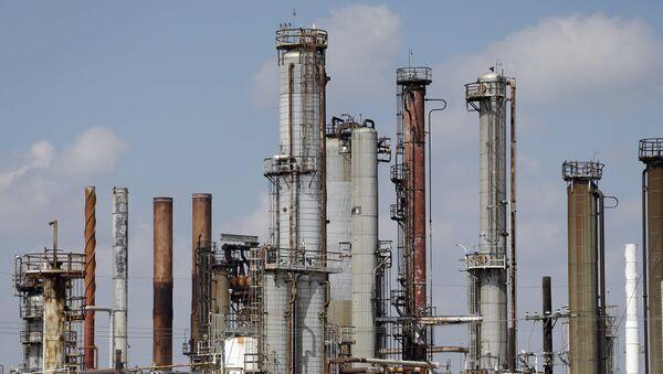 Refinería de petróleo en EEUU (archvio) - Sputnik Mundo