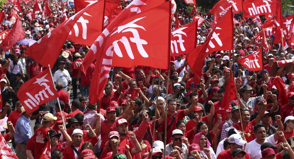 Banderas del Frente Farabundo Martí para la Liberación Nacional (FMLN) en El Salvador