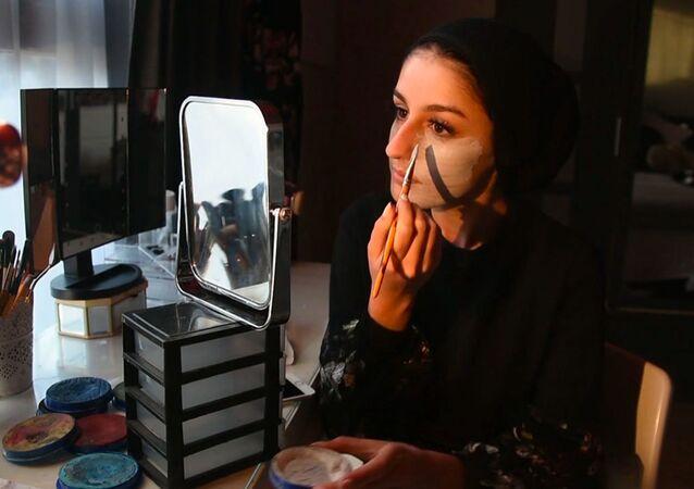 Mariah Malik es una artista de 18 años que ha decidido convertir su propio rostro en un lienzo