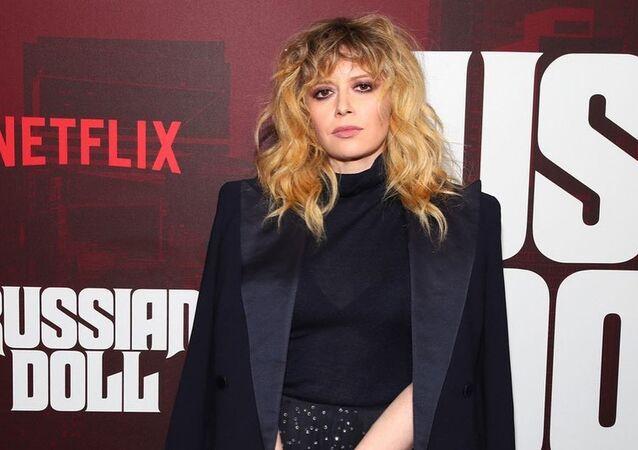Natasha Lyonne, protagonista y directora de la popular serie de Netflix Muñeca Rusa