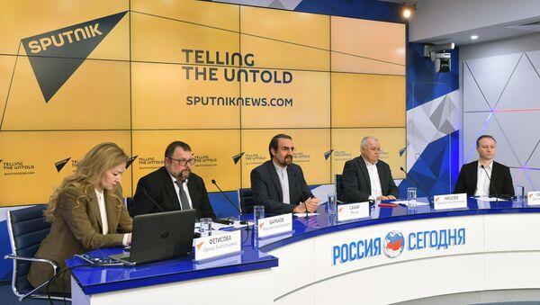 El embajador de Irán en Moscú, Mehdi Sanaí (centro), y el director general de Rossiya Segodnya, Dmitri Kiseliov (segundo der.), durante el lanzamiento del nuevo Sputnik Farsi News Service - Sputnik Mundo