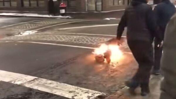 Prenden fuego a un hombre con una pistola eléctrica - Sputnik Mundo