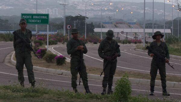 Militares resguardan puente Tienditas para impedir paso de ayuda humanitaria, y obstaculizan vía con contenedores - Sputnik Mundo