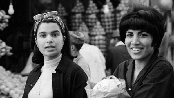 Jóvenes afganas hacen compras en el mercado de su ciudad, 1967. - Sputnik Mundo