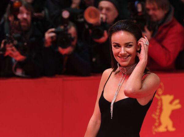 Llamativos, sensuales y graciosos: los atuendos de la alfombra roja de la Berlinale 2019 - Sputnik Mundo