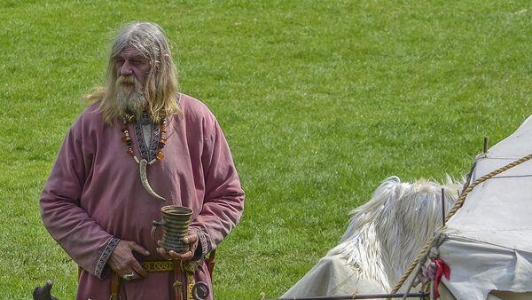 Un hombre disfrazado de viking (imagen ilustrativa) - Sputnik Mundo