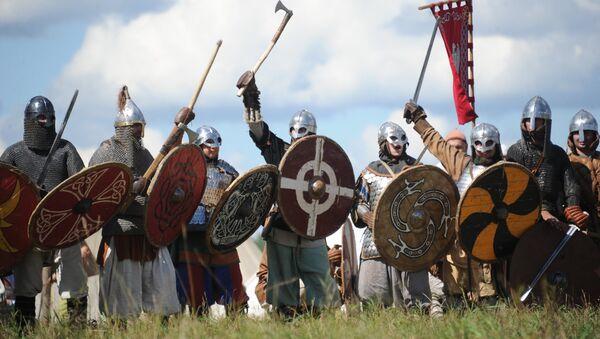 Reconstrucción histórica de la batalla de los vikingos  - Sputnik Mundo