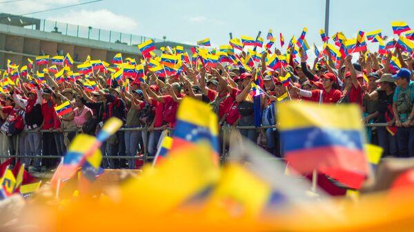 Manifestantes con las banderas de Venezuela - Sputnik Mundo