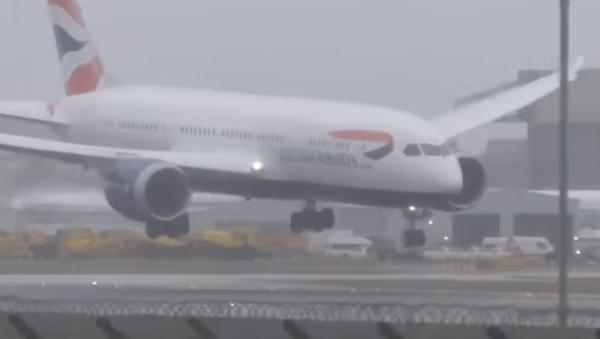Un fuerte viento impide el aterrizaje de un avión en Londres - Sputnik Mundo