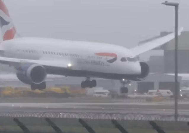 Un fuerte viento impide el aterrizaje de un avión en Londres