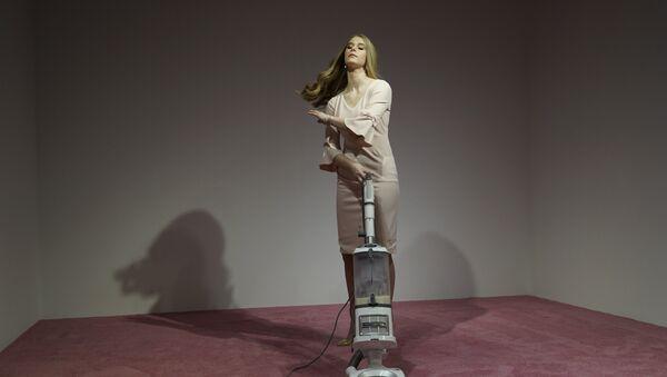 Una modelo que interpreta a Ivanka Trump aspira las migajas de pan - Sputnik Mundo