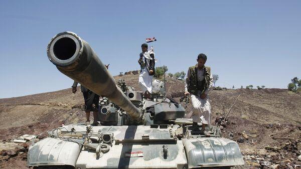 Los rebeldes hutíes encima de un tanque  - Sputnik Mundo