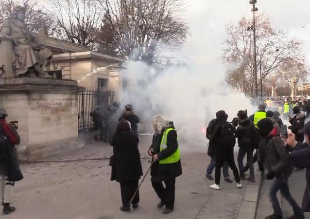 El humo vuelve a cubrir París por las protestas de  los 'chalecos amarillos'
