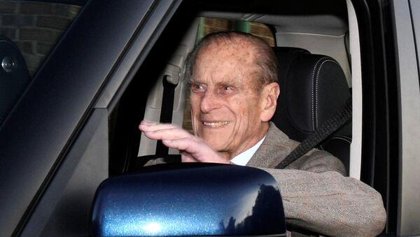 El príncipe Philip en un coche - Sputnik Mundo