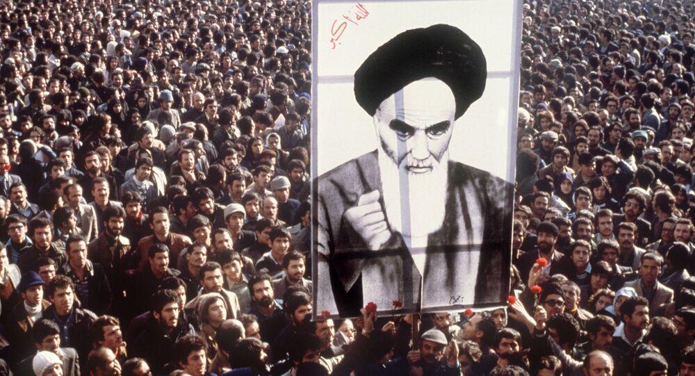 Los manifestantes en contra del sha Pahleví sujetan el retrato del ayatolá Jomeini en Teherán, 16 de enero de 1979