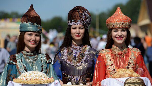 Jóvenes tártaras en trajes nacionales - Sputnik Mundo