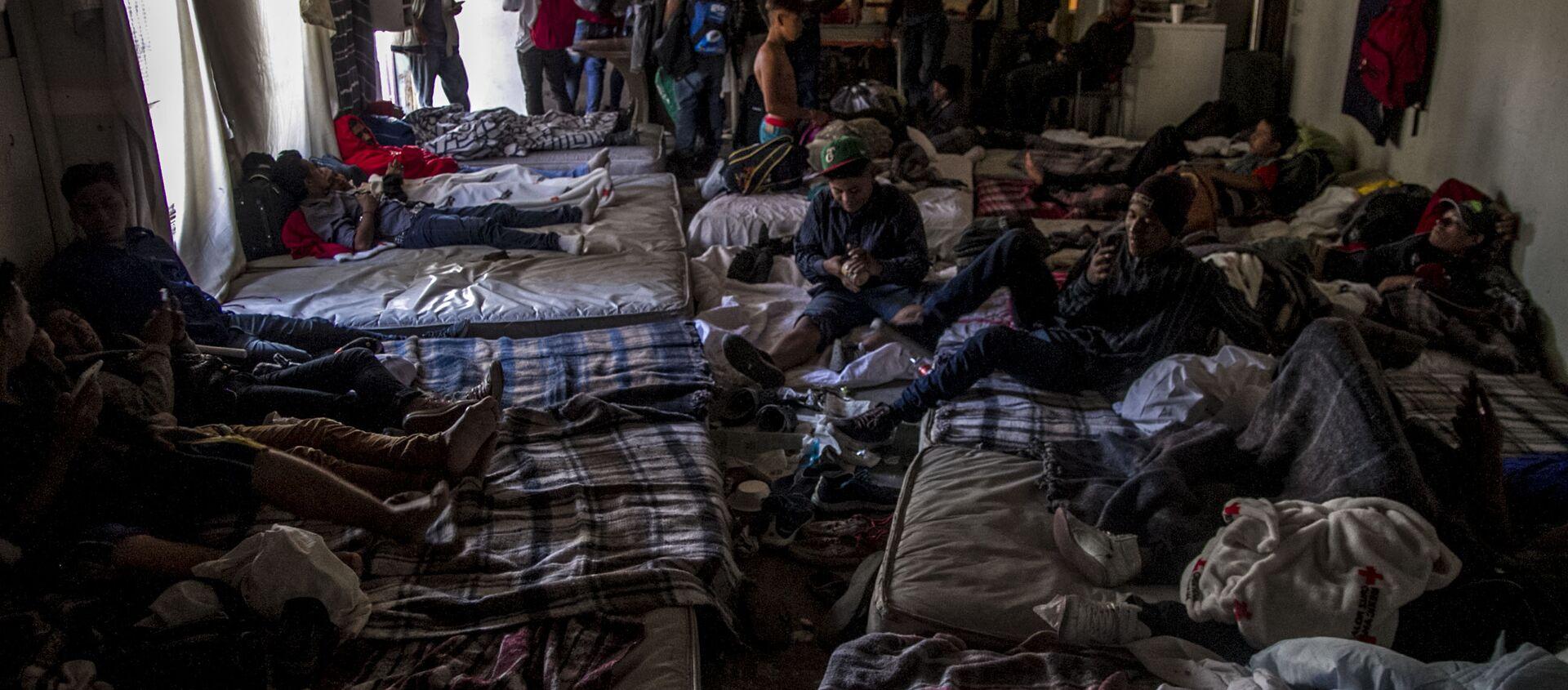 Hospedaje de hombres jóvenes de la caravana migrante en Tijuana, Baja California, México - Sputnik Mundo, 1920, 18.01.2021