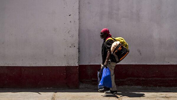 Migrante camino al albergue de Mexicali, Baja California, México - Sputnik Mundo