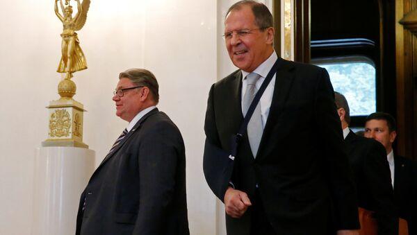 El ministro de Exteriores de Finlandia, Timo Soini y el ministro de Exteriores de Rusia, Serguéi Lavrov - Sputnik Mundo