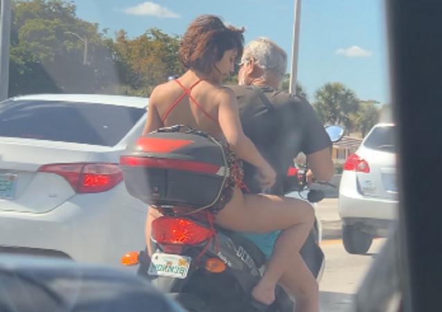 Carpe diem: una mujer se depila las piernas en plena carretera