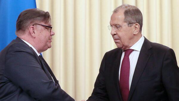 En canciller de Finlandia, Timo Soini, y el canciller de Rusia, Serguéi Lavrov - Sputnik Mundo
