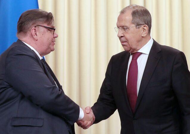 En canciller de Finlandia, Timo Soini, y el canciller de Rusia, Serguéi Lavrov