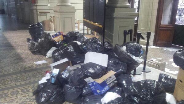 Bolsas de basura apiladas en los pasillos del edificio de la Cámara Federal de Casación Penal en Buenos Aires, Argentina - Sputnik Mundo