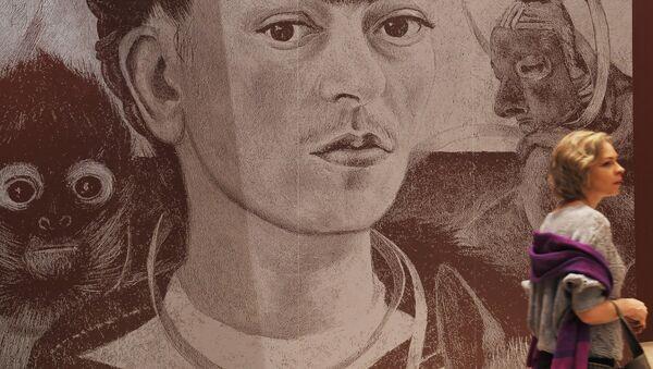 Una mujer en la exposición 'Viva la Vida. Frida Kahlo y Diego Rivera. Pintura y arte gráfico de colecciones privadas y museos' en Moscú - Sputnik Mundo