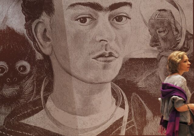Una mujer en la exposición 'Viva la Vida. Frida Kahlo y Diego Rivera. Pintura y arte gráfico de colecciones privadas y museos' en Moscú