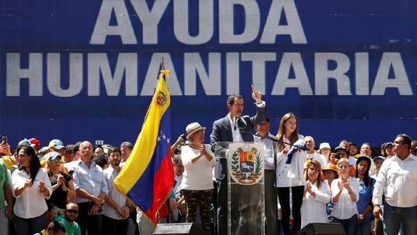 Juan Guaidó, presidente de la Asamblea Nacional de Venezuela con la pantalla  ayuda humanitaria - Sputnik Mundo