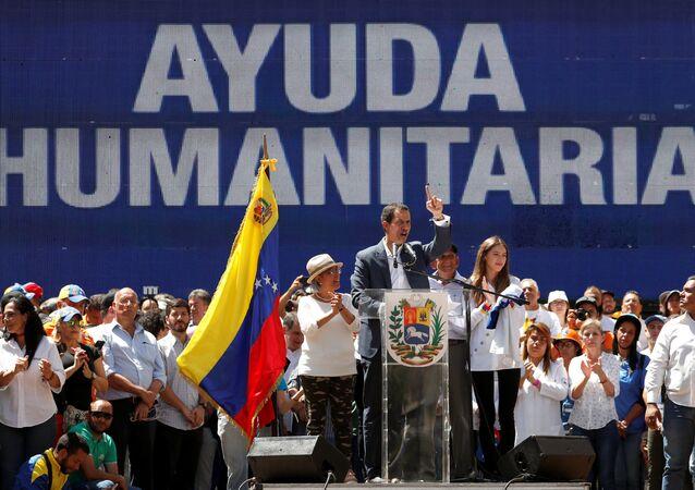 Juan Guaidó, presidente de la Asamblea Nacional de Venezuela con la pantalla  ayuda humanitaria