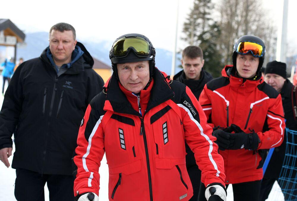 Pesca, Fórmula 1 y bádminton: así pasa el tiempo Vladímir Putin