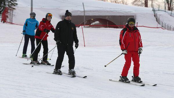 Vladímir Putin, presidente de Rusia, y Alexandr Lukashenko, presidente de Bielorrusia, esquiando en Sochi - Sputnik Mundo