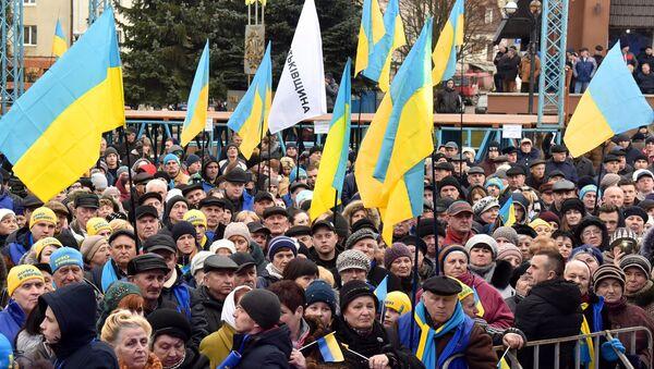 La gente con las banderas de Ucrania - Sputnik Mundo