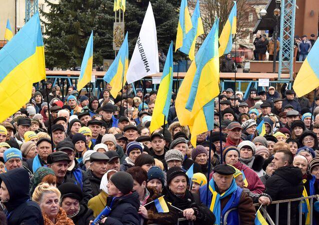 La gente con las banderas de Ucrania