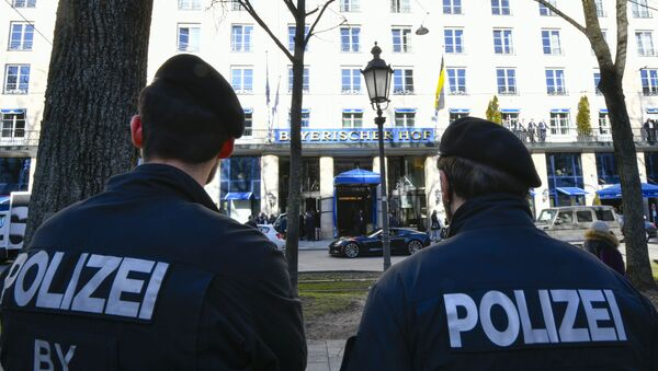 Dos policías enfrente del Hotel Bayerischer Hof donde se celebrará la la Conferencia de Seguridad de Múnich - Sputnik Mundo