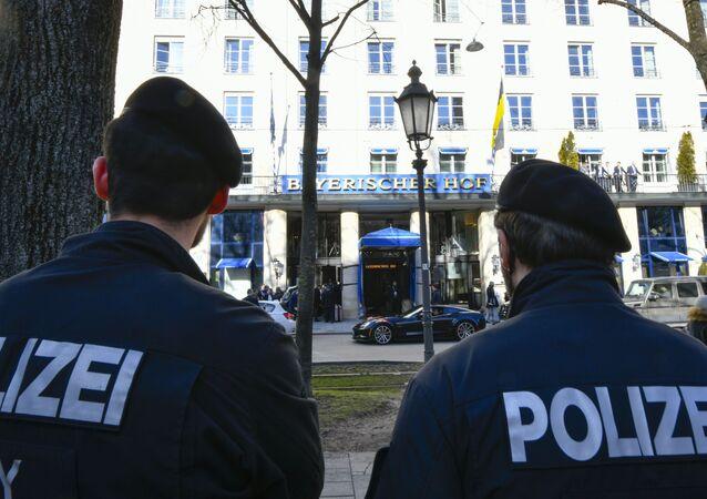 Dos policías enfrente del Hotel Bayerischer Hof donde se celebrará la la Conferencia de Seguridad de Múnich