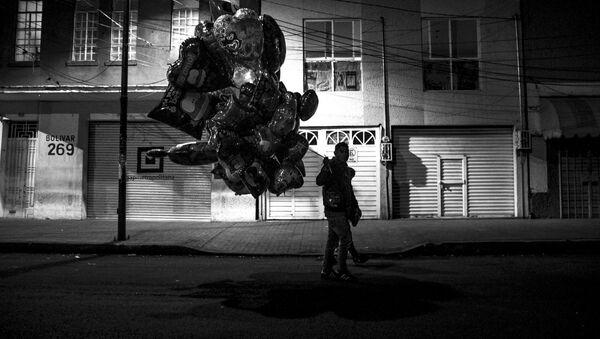 Un globero recorre la colonia Obrera durante el 14 de febrero - Sputnik Mundo
