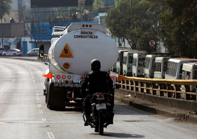 Un policía mexicano y camion cisterna de combustible