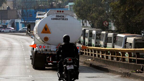Un policía mexicano y camion cisterna de combustible - Sputnik Mundo