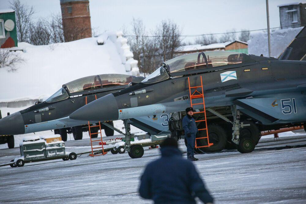 Cazas navales de la Flota del Norte surcan el cielo de Múrmansk