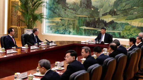El secretario del Tesoro de Estados Unidos, Steven Mnuchin, el representante comercial de EEUU, Robert Lighthizer, y el presidente de China, Xi Jinping, durante las consultas comerciales - Sputnik Mundo