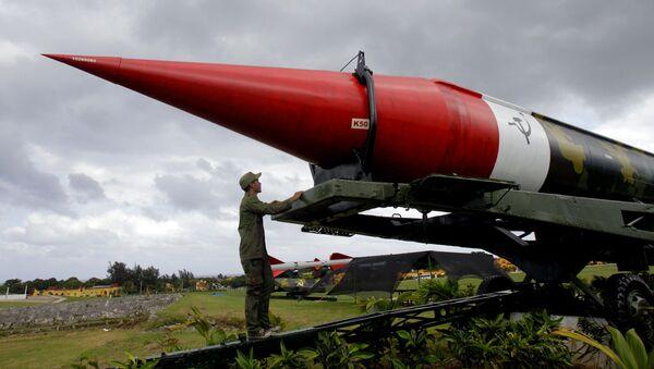 Misil soviético vacío de los tiempos de la crisis de los misiles del Caribe, expuesto en el complejo militar Morro Cabana en La Habana, Cuba (archivo) - Sputnik Mundo