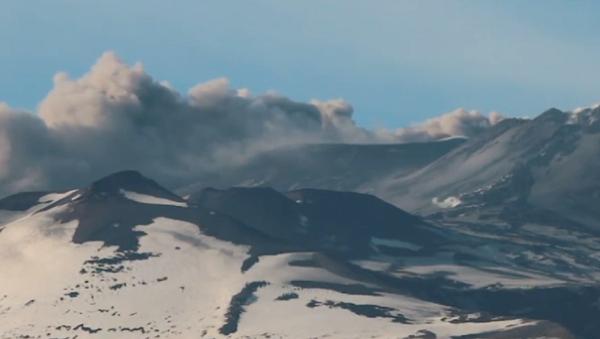 Impresionante: el volcán Etna vuelve a arrojar cenizas y humo - Sputnik Mundo