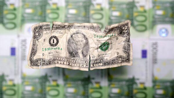 Un arrugado billete de dos dólares de EEUU y varios billetes de cien euros - Sputnik Mundo