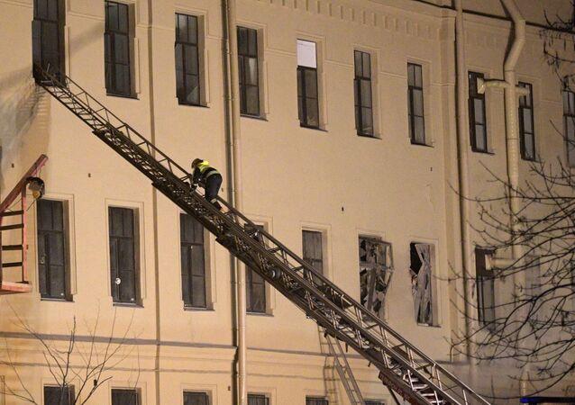 Un rescatista en el lugar del derrumbe en San Petersburgo