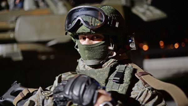 Un militar con un traje de combate Ratnik (archivo) - Sputnik Mundo